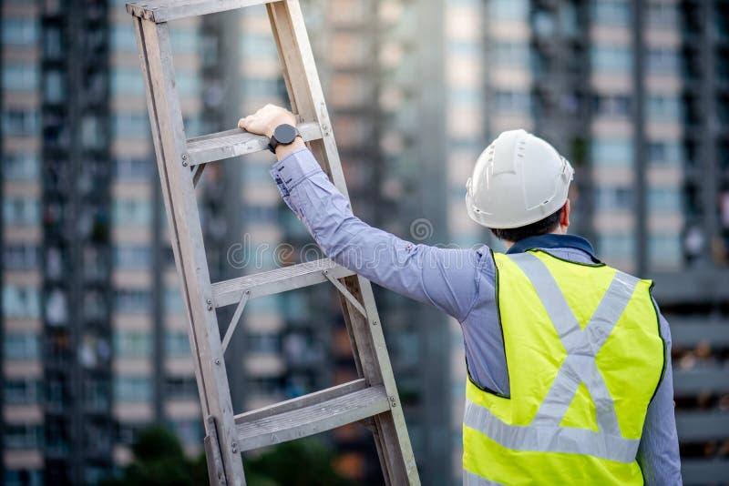 Ladder van het de mensen de dragende aluminium van de onderhoudsarbeider royalty-vrije stock afbeeldingen