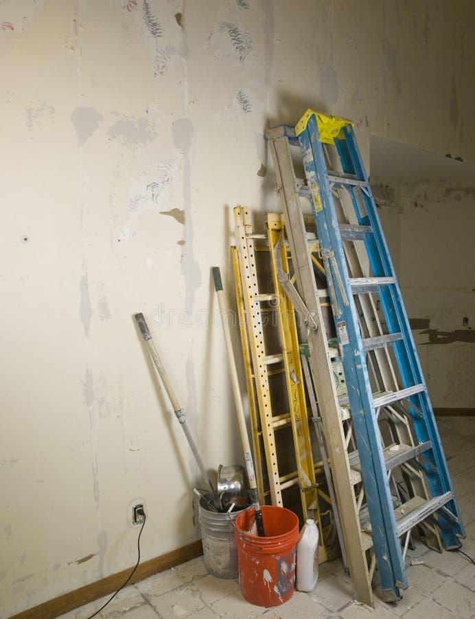 Ladders en scafold tegen muur tijdens vernieuwing royalty-vrije stock afbeeldingen