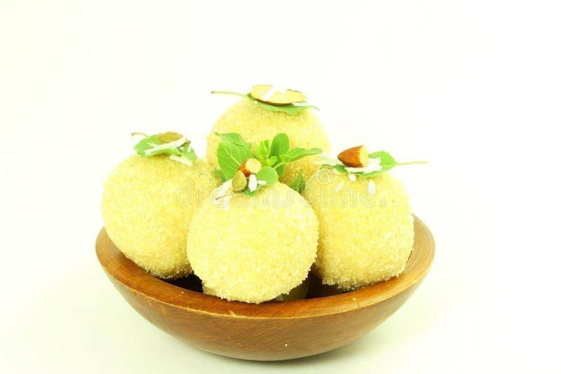 Laddu o ladu indio tradicional de los dulces en el fondo blanco fotos de archivo
