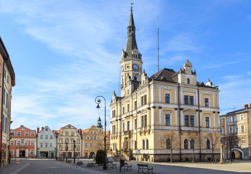 Ladek Zdroj, oude stadsmarkt met stadhuis en huurkazernes royalty-vrije stock afbeeldingen