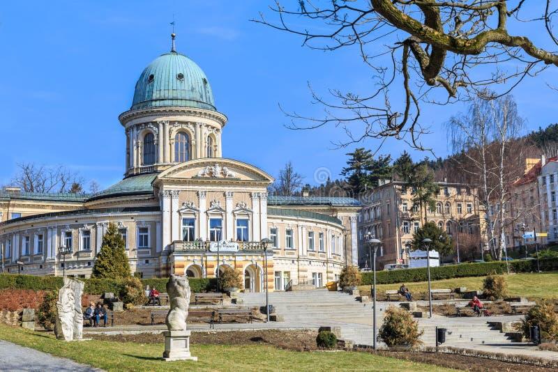 LADEK ZDROJ, POLEN - MARS 6, 2015: Det sanatoriumWojciech byggandet i 1678 och parkerar, den polska brunnsortstaden Ladek Zdroj,  arkivbild
