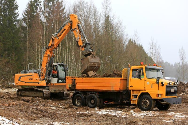 Laden-Boden auf Sisu-LKW mit Raupe Excavato Liebherr R918 stockfoto
