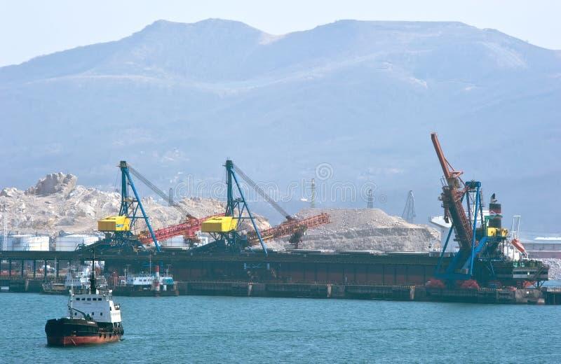 Laden der Kohle auf dem Schiff, stehend am Pier im Hafen von Nachodka Ost (Japan-) Meer 02 03 2015 lizenzfreie stockfotos