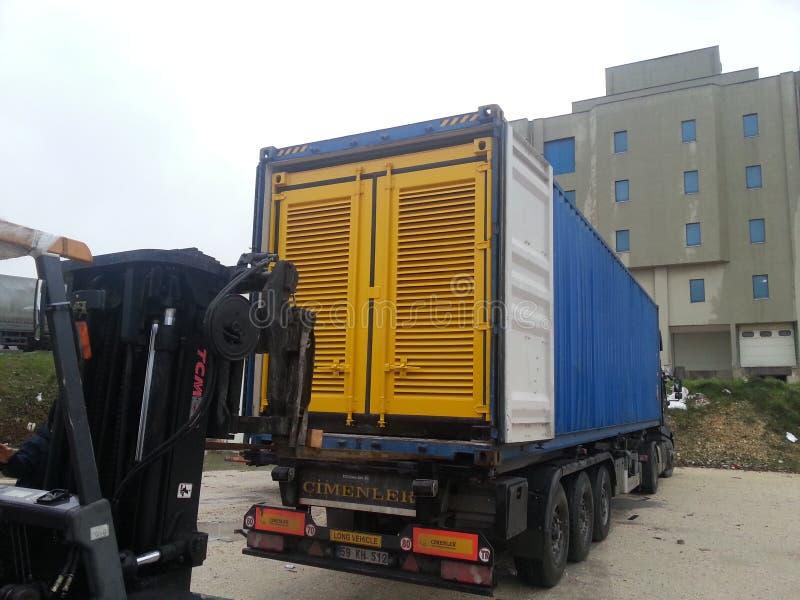 Laden des Generator ` s Blockbehälters stockbild
