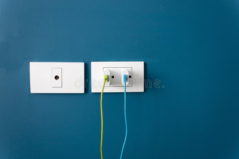 Laden Sie die Batterie für den Smartphone auf Wand auf stockfotos
