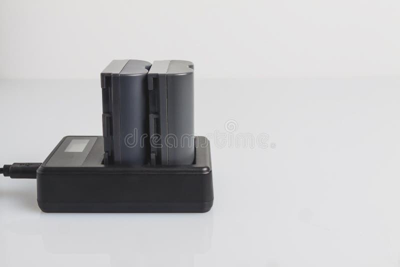 Laden Sie die Batterie für die Kamera auf lizenzfreie stockbilder