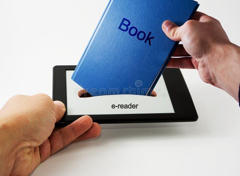 Laden Sie ein Buch herunter lizenzfreies stockbild