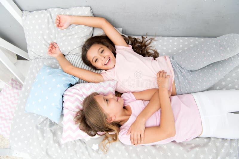Laden Sie Freund für Sleepover ein Beste Freunde für immer Betrachten Sie Themapyjamaparty Zeitlose Kindheit der Pyjamaparty stockbilder