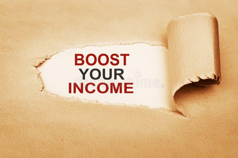 Laden Sie Ihr Einkommen hinter heftigem Papier auf stockfoto