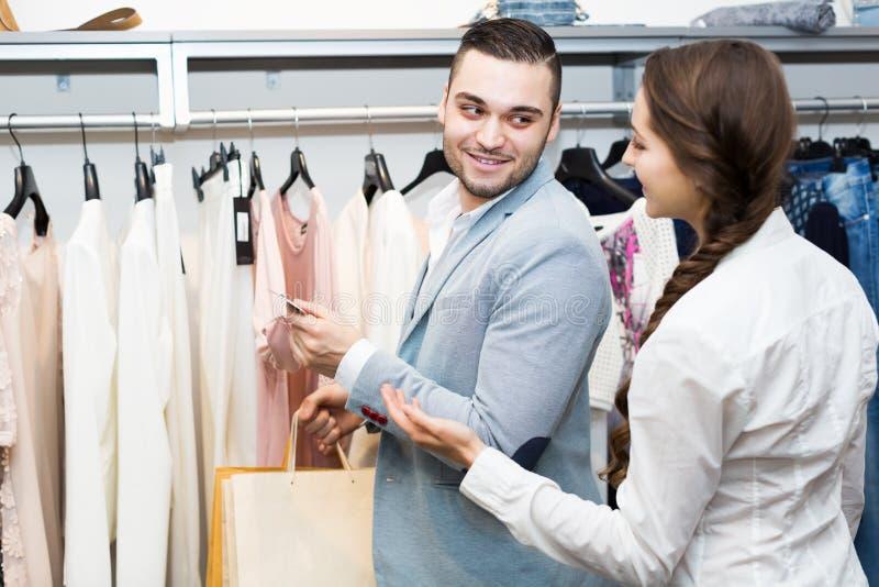 Ladenangestellterumhüllungskäufer stockfotos