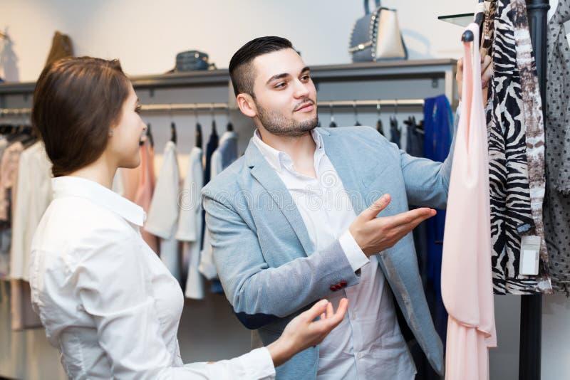Ladenangestellterumhüllungskäufer stockbilder