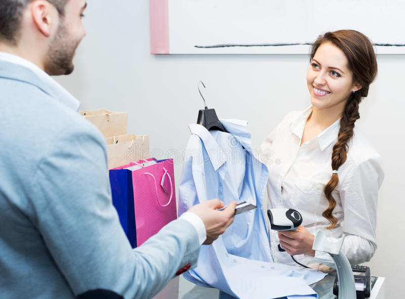 Ladenangestellterumhüllungskäufer lizenzfreies stockbild