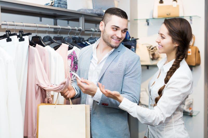 Ladenangestellterumhüllungskäufer stockfoto