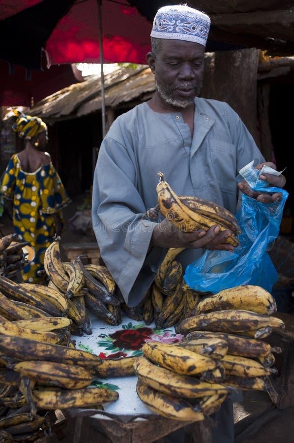 Ladenbesitzer, der Banane in Bamako verkauft stockbild