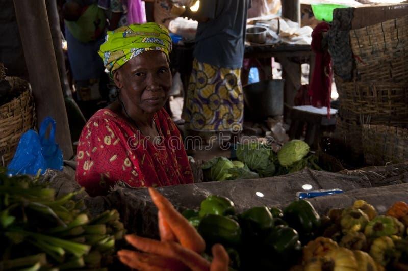 Ladenbesitzer, der Gemüse in Bamako verkauft stockbilder