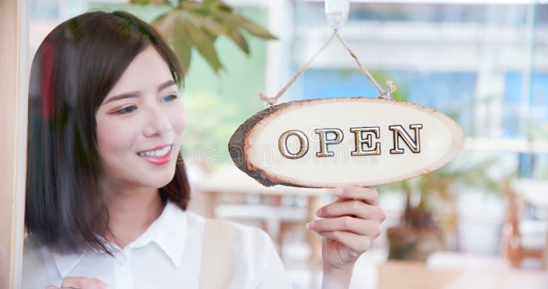 Ladenbesitzer, der offenes Zeichen dreht lizenzfreie stockbilder