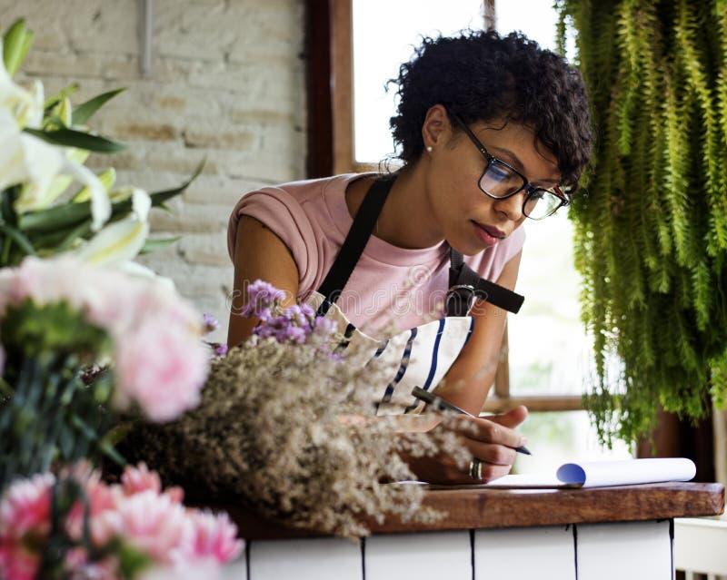 Ladenbesitzer, der am Telefon spricht und Kenntnis nimmt stockfotos