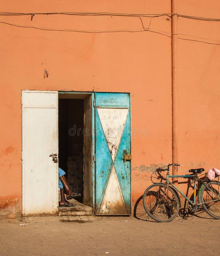 Ladenbesitzer mit Fahrrad stockfotografie