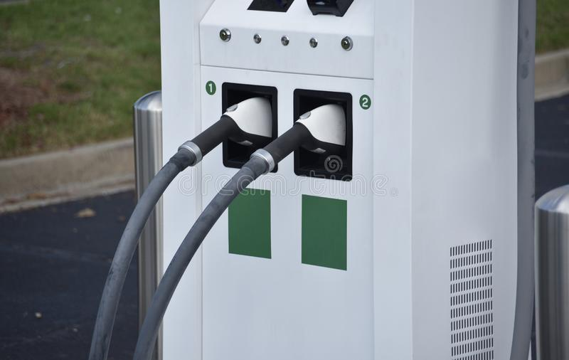 Ladende Havens en Afzet bij een Elektrisch voertuig het Laden Post stock fotografie