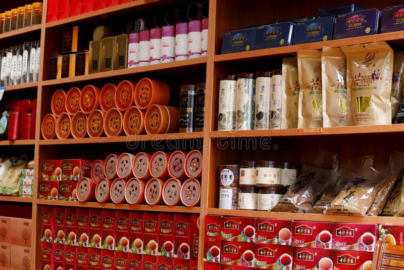 Ladenregale in der Stadt von Lijiang, Yunnan, China lizenzfreies stockfoto