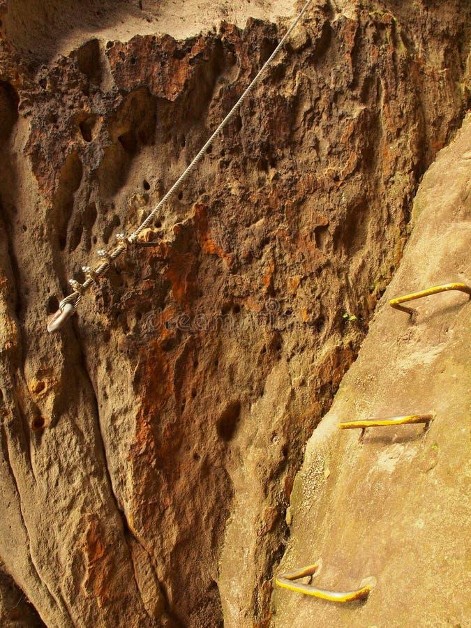 Lader de grimpeurs Repassez la corde tordue fixe dans le bloc par les crochets instantanés de vis L'extrémité de corde ancrée dan image libre de droits