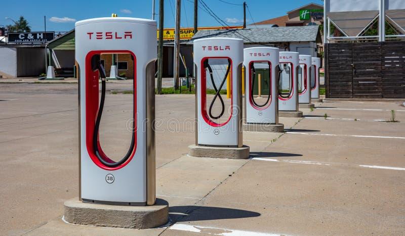 Ladestation Elektroautos Tesla, outoors an einem sonnigen Frühlingstag USA lizenzfreie stockbilder