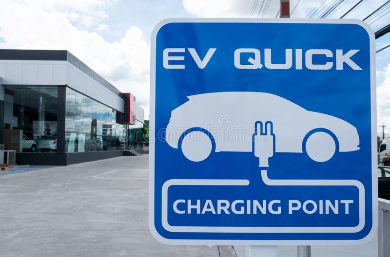 Ladestation für Elektro-Mobil Autoparken im Freien blauer schneller Aufladungspunkt des Zeichens EV stockfotografie