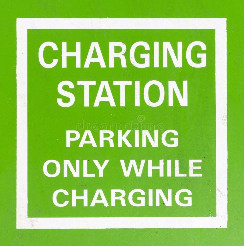 Ladestationszeichen des Elektro-Mobils stockfotos