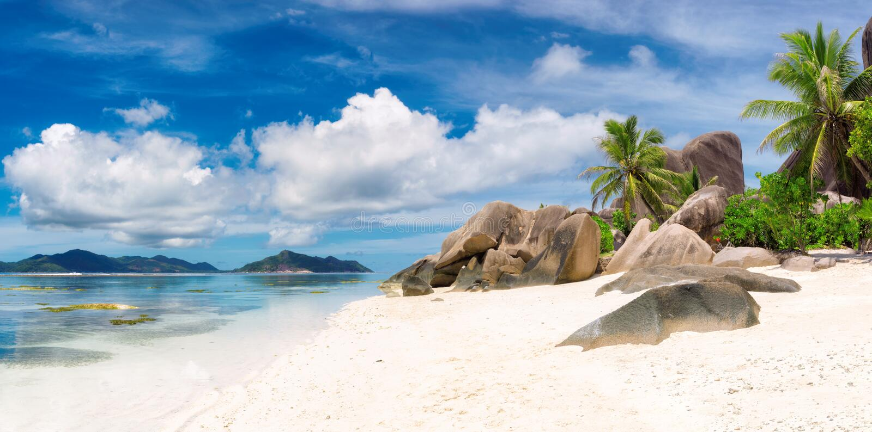 LaDigue ö - panorama Från Seychellerna paradisstrand, Argent ` för Anse källa D arkivfoto