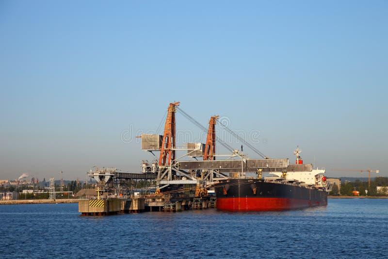Lading van steenkool op schip stock afbeeldingen