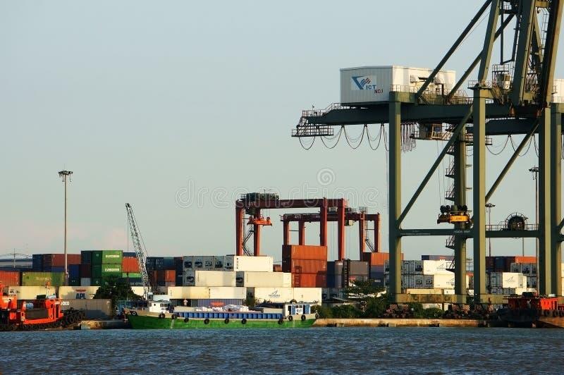 Ladingscontainer bij haven, zeevervoer royalty-vrije stock afbeeldingen