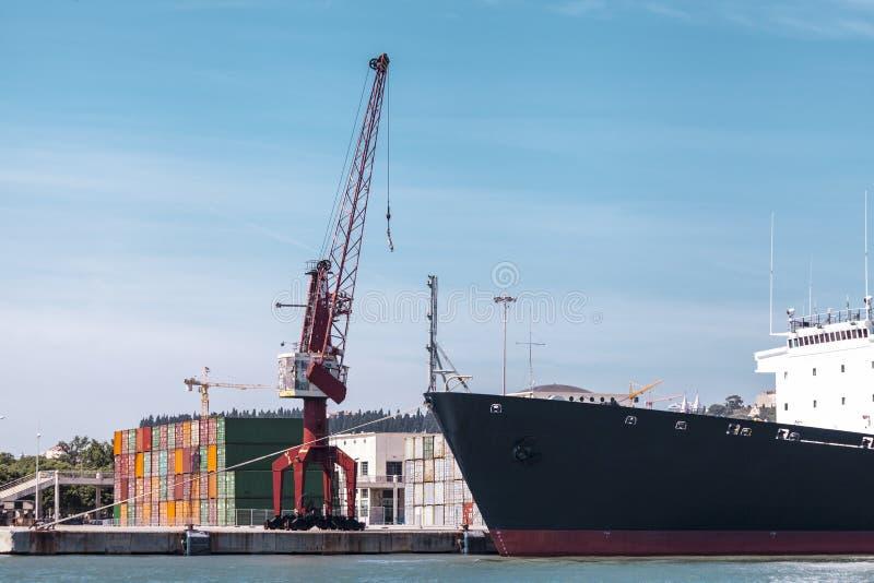 Ladingscontainers in de haven De mariene kraan heft de ladingscontainer op Invoer-uitvoervervoer, logistiekzaken, douane stock foto's