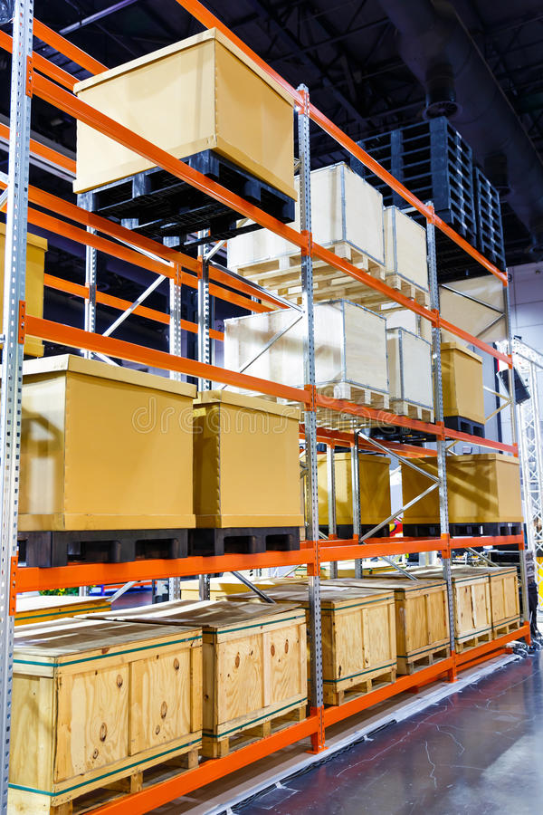 Ladingsdoos op het systeem van de staalplank in pakhuis royalty-vrije stock afbeelding