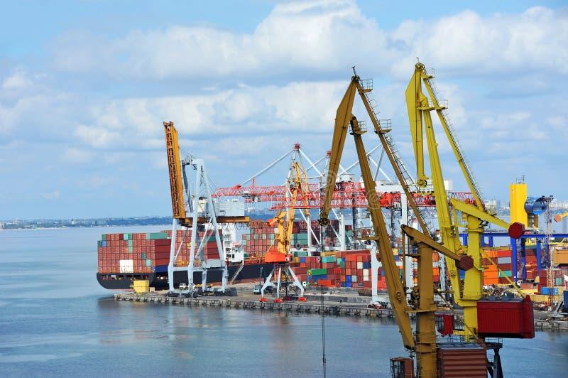 Download Ladingskraan en schip stock afbeelding. Afbeelding bestaande uit logistiek - 39111535
