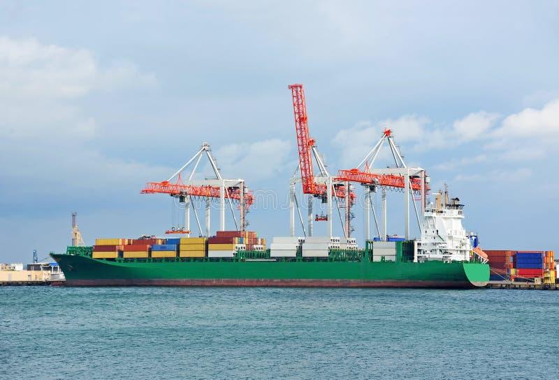 Download Ladingskraan en schip stock foto. Afbeelding bestaande uit kraan - 39112980
