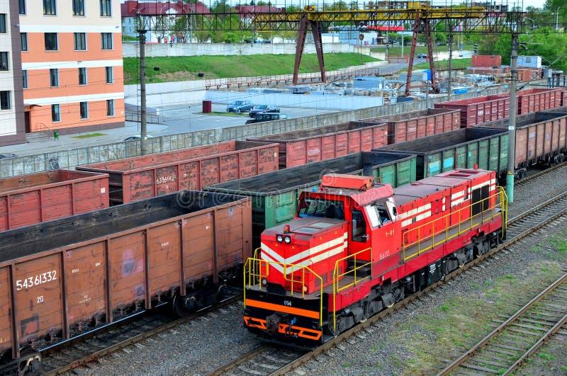 Ladingstrein in het sorteren van vrachtstation, spoorvrachtvervoer royalty-vrije stock afbeelding
