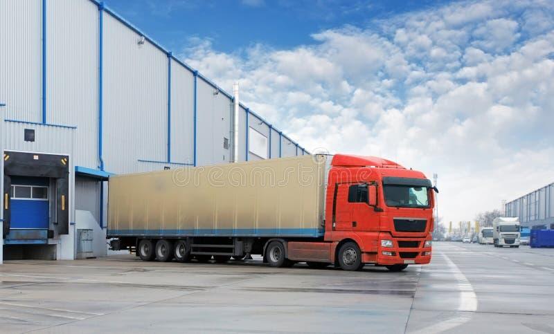 Ladingsvervoer - Vrachtwagen in het pakhuis stock foto's