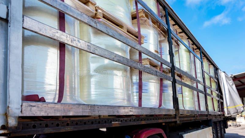 Ladingsvrachtwagen bij de pakhuisbouw de vrachtwagen met de aanhangwagen bij de lading stock foto's
