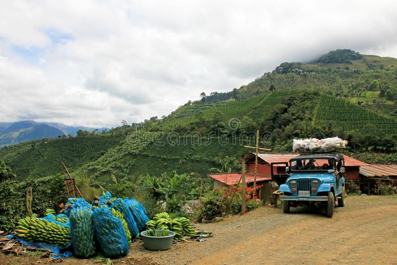 Ladingsvrachtwagen met bananen voor het vervoeren, dichtbij Gr Jardin Antioquia, Colombia royalty-vrije stock foto