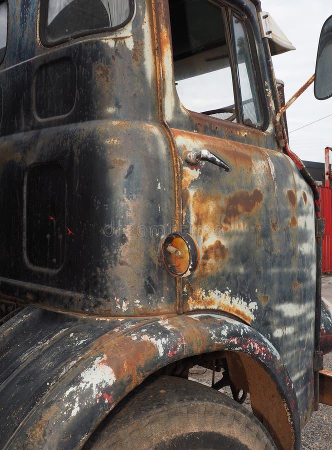 Lado aherrumbrado y resistido del conductor con la puerta de un camión viejo imágenes de archivo libres de regalías