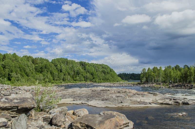 Lado bonito do rio com a nuvem e a cachoeira moventes brancas de subida em exterior majestoso em Europa do Norte imagens de stock royalty free