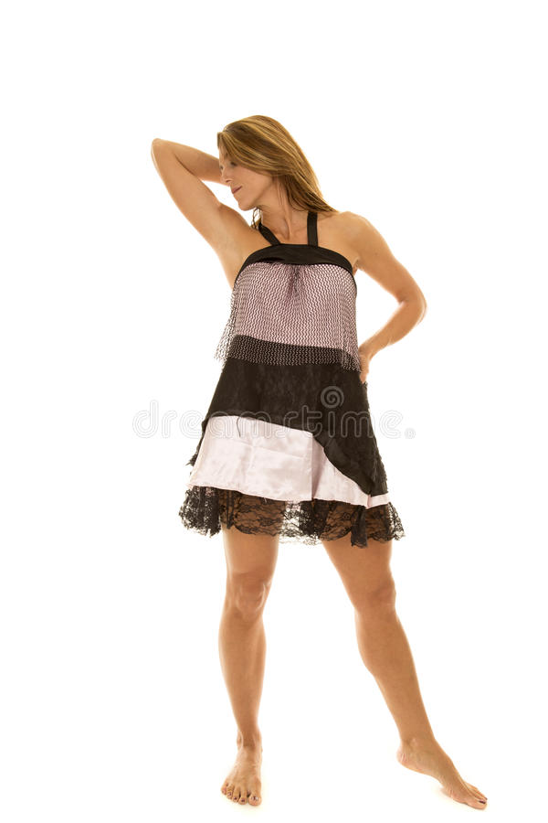 Lado cor-de-rosa e preto da mulher do vestido do suporte do olhar imagem de stock