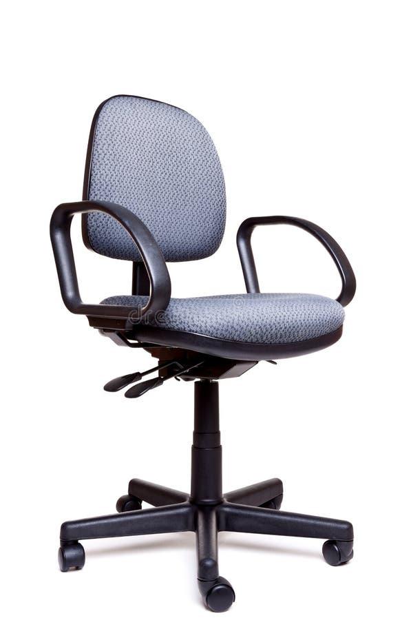 Lado da cadeira de giro do escritório que enfrenta o fundo branco imagem de stock