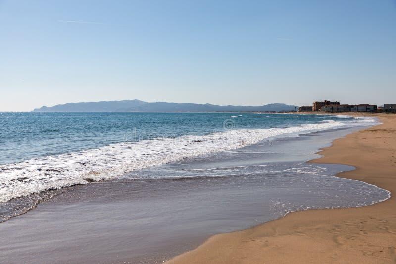 Lado da opinião da praia no dia ensolarado imagem de stock