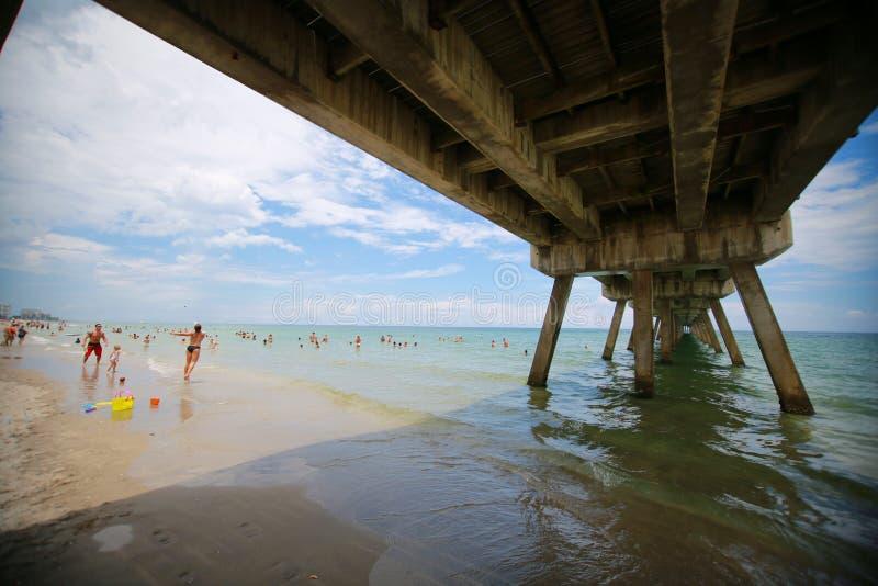 Lado de baixo do cais da praia de Deerfield imagens de stock