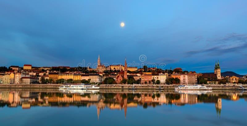 Lado de Buda de la ciudad de Budapest debajo de la luna