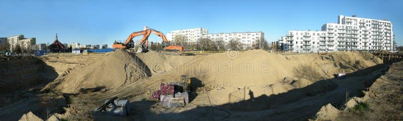 Lado de la construcción con un excavador y bolsos concretos preparados imagen de archivo libre de regalías