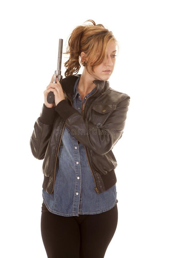Lado de la mirada del arma de la chaqueta del negro de la camisa del dril de algodón de la mujer fotos de archivo libres de regalías