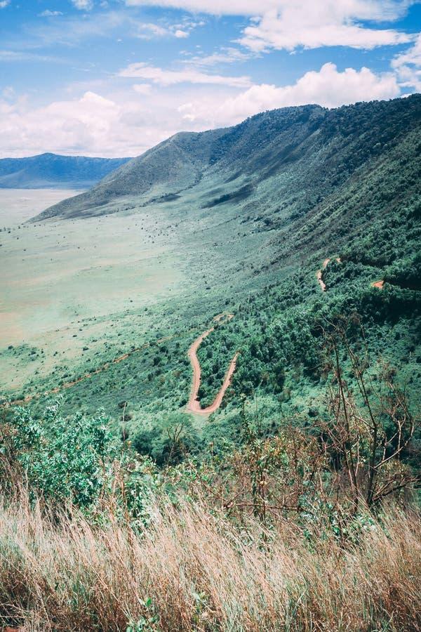 Lado de la montaña con la carretera con curvas fotografía de archivo libre de regalías