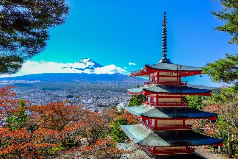 Lado de la montaña de la visión Fuji-san en la pagoda Chureito imagenes de archivo